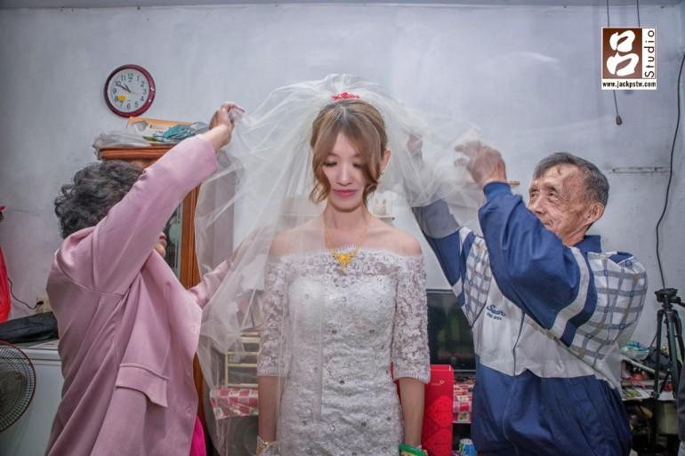 新娘父母一起幫Joyce蓋頭紗