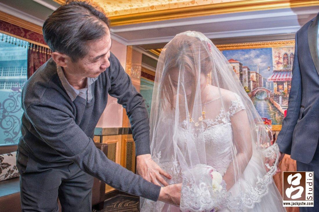 爸爸幫新娘蓋上頭紗