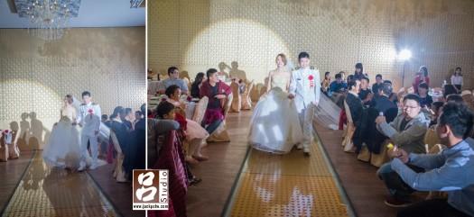 新郎穿上一身白色的軍服配上新娘白紗真的速配
