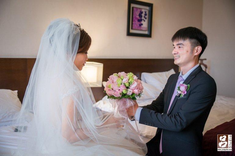 新郎獻上捧花,在過去的歐洲,當男方決定前往女方家求婚時,會在路途中摘下盛開的野花,用花束代表自己的真摯情意送給女方;若女方願意接受男方的愛意,就在花束中抽出一朵花,裝飾在男方胸前做為互許終生的證明。據說這就是大家現在耳熟能詳的新娘捧花,還有新郎胸花的由來。