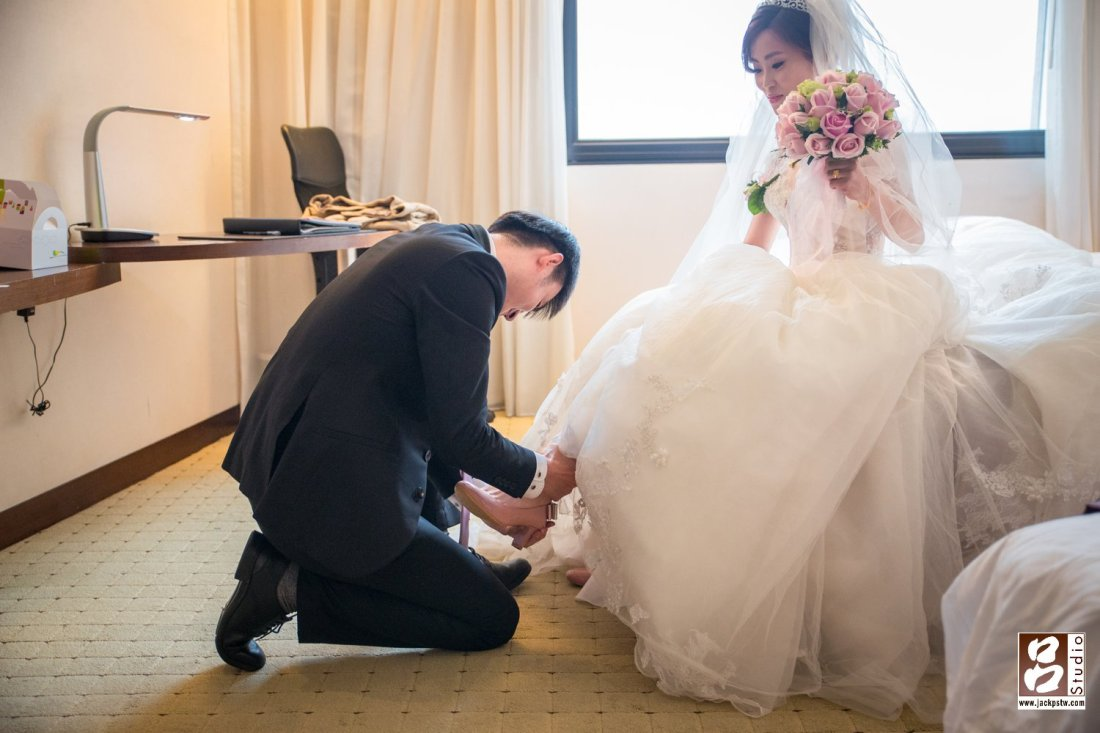 新娘子要等到新郎來迎娶的時候,由新郎親自幫新娘子穿婚鞋,這樣表示新郎才會跟著新娘子的腳步走,有幸福長久的意思。
