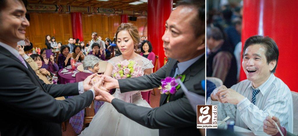 父親把新娘的手交給新郎