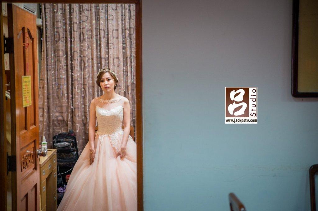 二次進場時,我趁新娘還在化妝室時在等待新郎前來時拍的