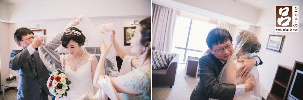 父母幫新娘蓋上頭紗