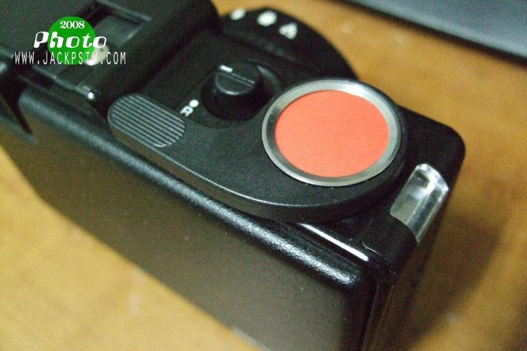 獨特的大紅鈕快門,和過片桿,如果要迴片就是先轉動旁邊的按鈕到R