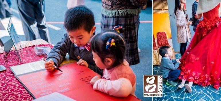 小男孩說他也是賓客也要簽名,小女孩玩起新娘的裙擺