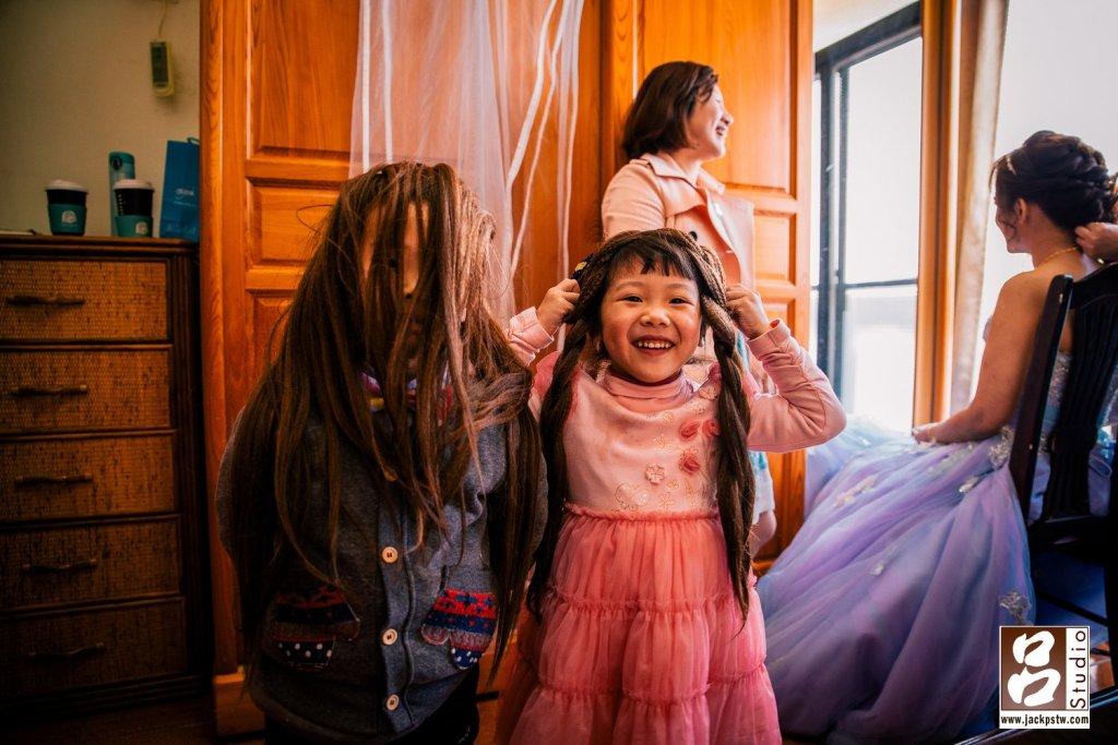 小朋友又玩起來,這次新娘秘書來的東西,看中假髮