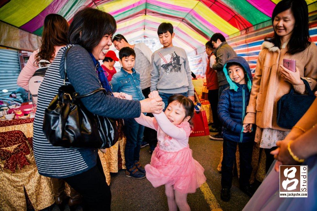 小朋友叫的出來她的輩份,很開心的與小女孩跳舞起來