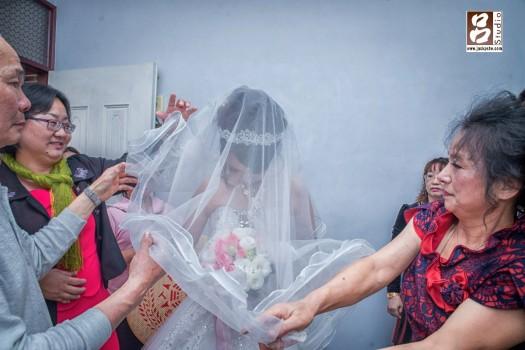 新娘一直忍住不哭,一直低的頭,不想讓別人看到她的表情