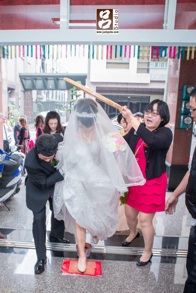 新娘跨火爐,破瓦片