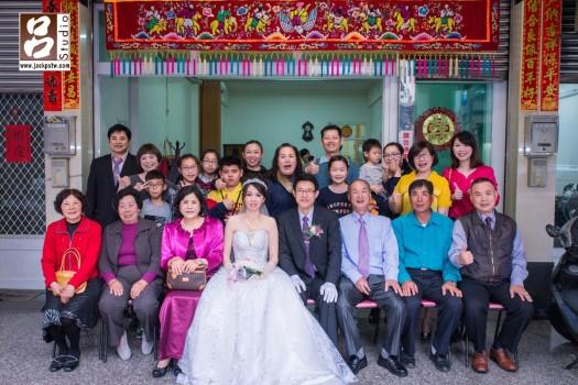 迎娶儀式終於結束,在家門前拍個家族大合照,代表今天儀式正式結束