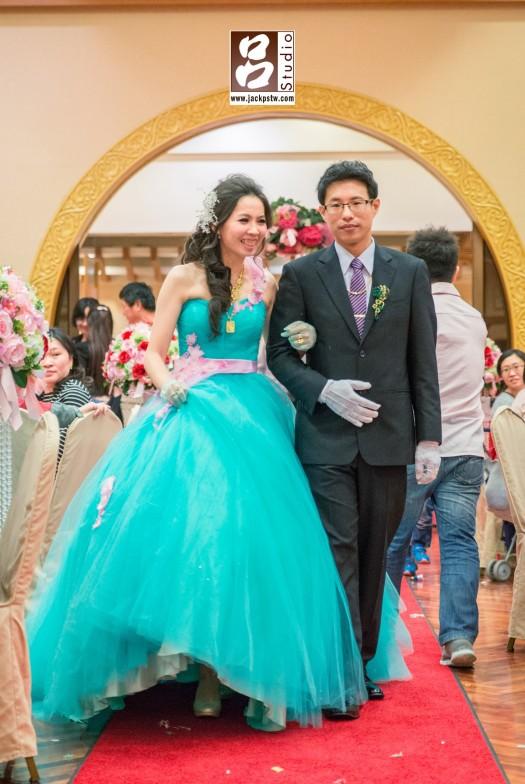 新娘好開心看到好多好久不見的朋友
