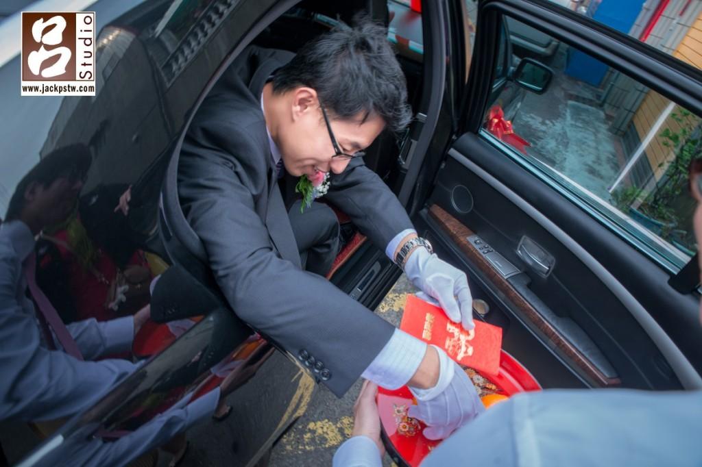 新郎下車摸橘子給紅包