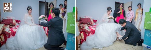 新郎進房獻花給新娘,和幫她穿鞋