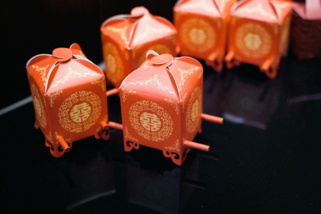 新娘子說這些喜糖盒花轎,他們花了好幾晚在折這些東西,都折到半夜,還叫伴娘伴郎來幫忙