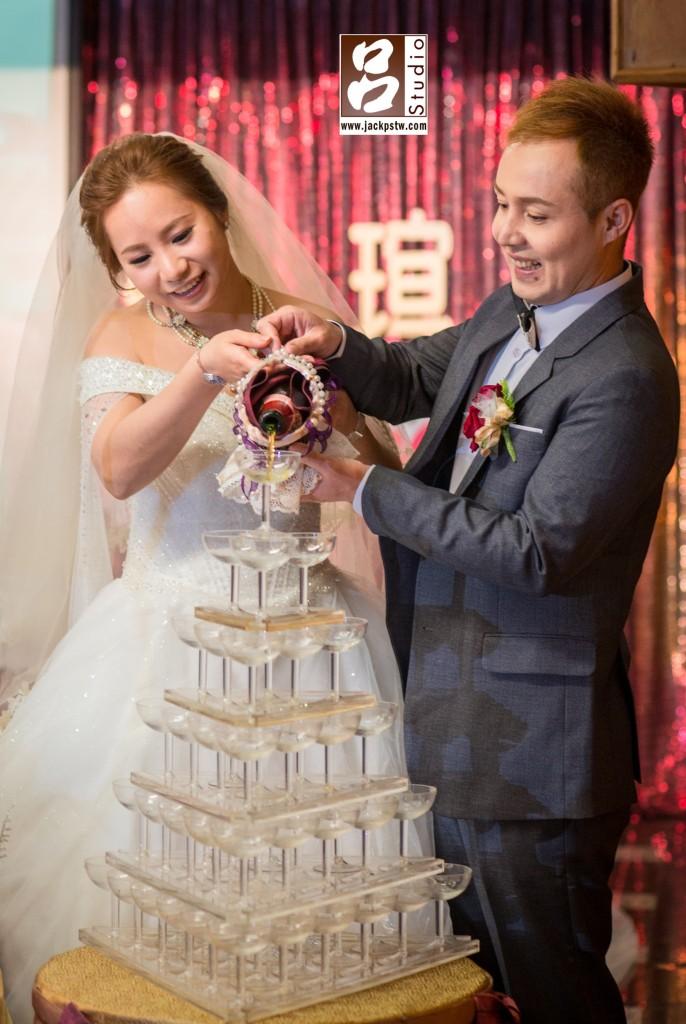 新郎Mehdi和新娘倒香檳