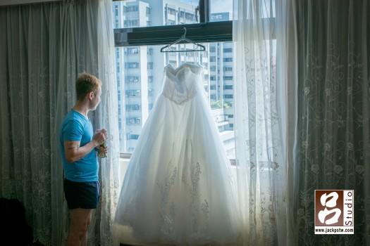 新郎在等待時看的窗外,被我拍下跟他與新娘白紗的畫面