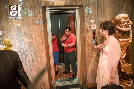 Angela的親友一直想跟新郎說話,又溝通不上,蹦出一些有趣的畫面,新人看到這張應該就會到當時這位先生跳舞的畫面