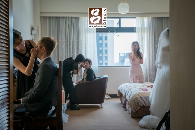 新娘房大家都忙進忙出