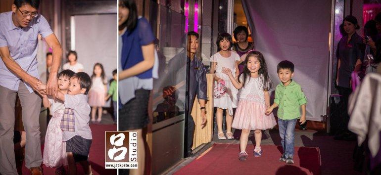 原本進場安排2對小花童進場,第一隊原本已經站好,結果飯店燈光一關暗,小朋友嚇到一直抓的爸爸不放