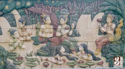 周圍的牆壁上有各式各樣泰國風格的圖畫