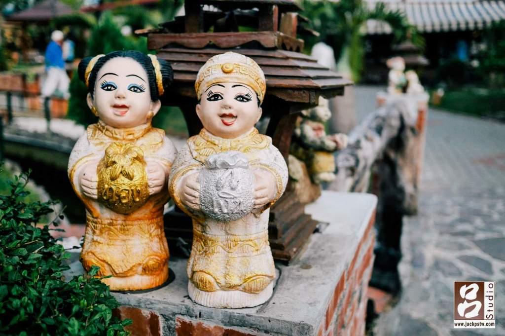 入口的走道放滿這類磁磚的娃娃,感覺還帶點中國穿著