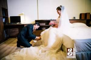 新郎幫新娘穿鞋