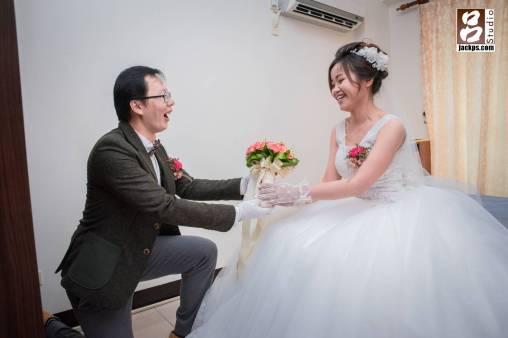 新郎跪下求婚