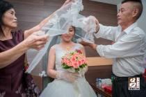 父母親幫新娘蓋上美麗的白紗