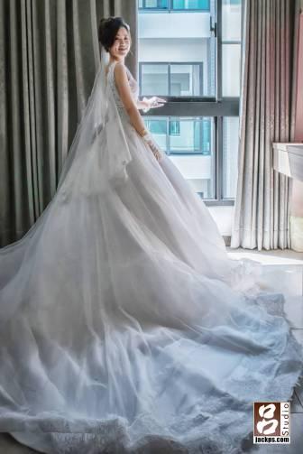 在新房的窗戶旁拍攝新娘倩影