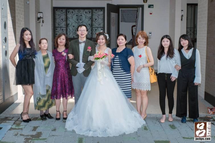 新娘新郎和親友的合照