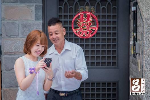 新娘父親和妹妹想要在大門前的囍字拍幾張