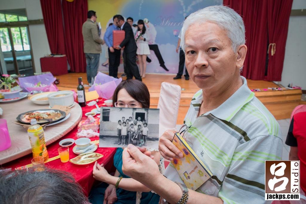 這位長輩拿的他們孩童時期與爸爸合照的照片,來給難的見面的親友看