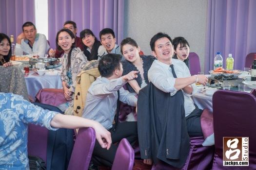 親友看到新娘小時侯的照片,露出驚訝開心興奮的表情