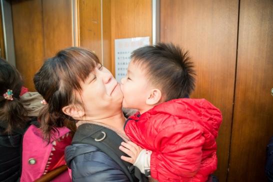 小朋友與媽媽親密互動