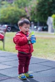 小孩玩吹泡泡