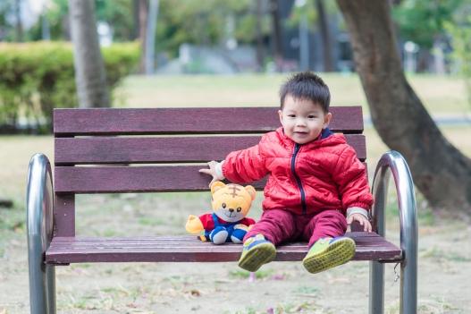 小孩坐在椅上