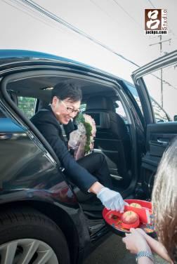 新郎到女方家準備下車給紅包摸蘋果