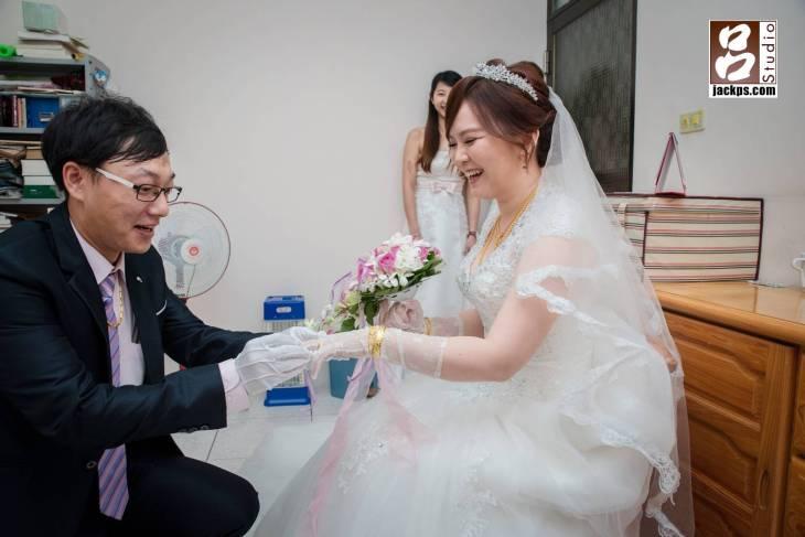 幫新娘戴上金戒子