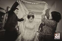 新娘蓋上頭紗