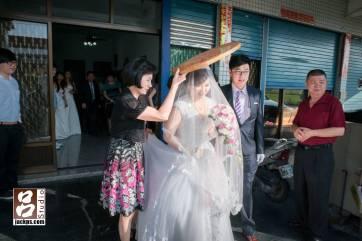出新娘家門準備上車