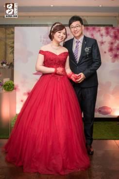 最後送客換上玫瑰紅的禮服