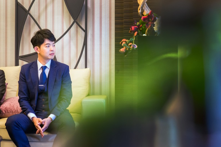 新郎ray靜靜地坐的等待新娘前來