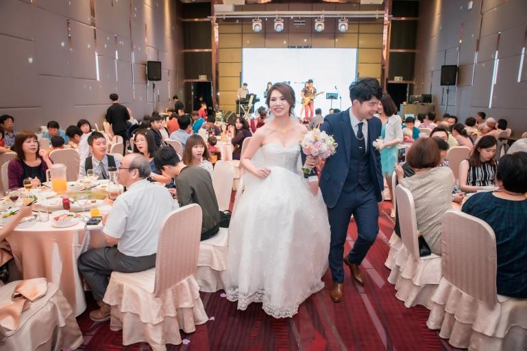 新娘要退場時,看到好友們,自然露出笑容