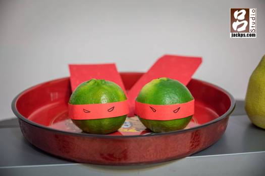 新娘說看到貼上紅紙的綠色橘子很像忍者龜,就把它畫上眼睛