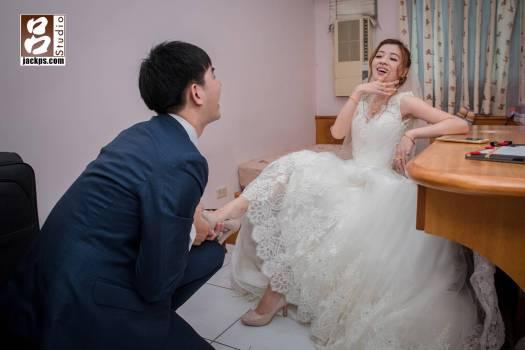 新娘也很活潑,擺出one pice的女帝最常做的pose