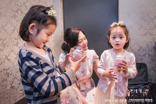 flowergirl 收到新娘送給她精緻的冰淇淋造型的小禮物