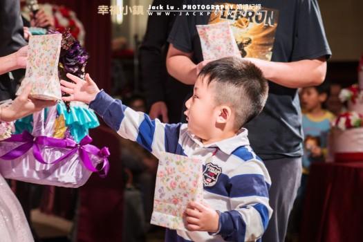 鬼靈精怪小朋友:這次新娘特別在喜宴當中準備小遊戲帶動現場氣氛,給現參加喜宴朋友抽獎,當在上台領獎時,小朋友拿了一份獎品
