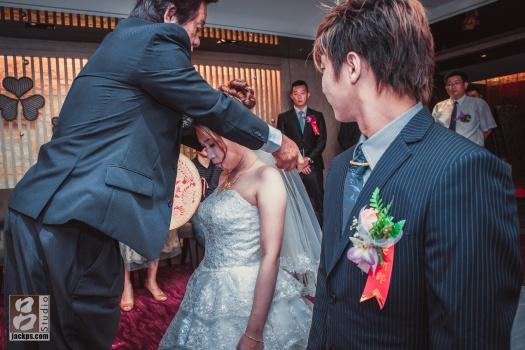 父親替新娘蓋上頭紗