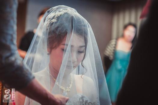 蓋上頭紗新娘的表情